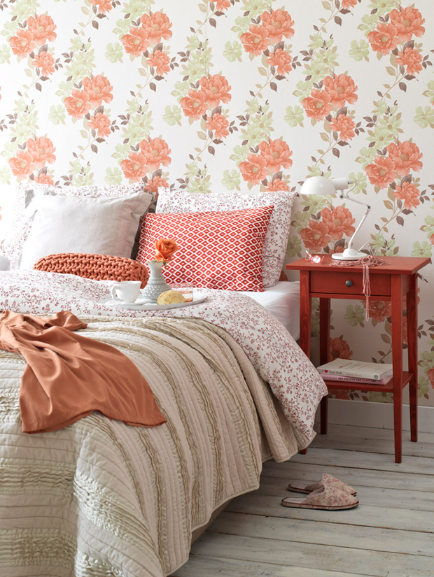 79ideas-feminine-bedroom-with-floral-wallpaper-and-soft-bedspread