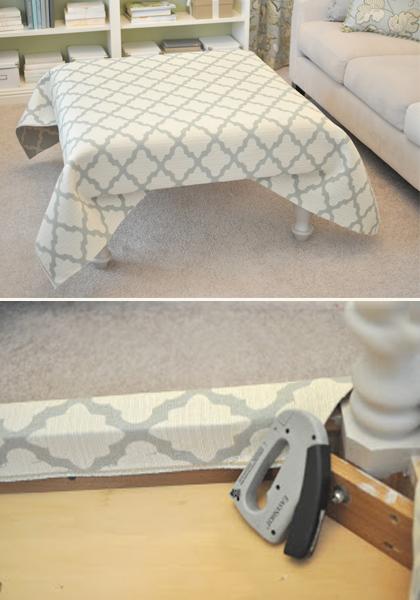 5. Estique o tecido escolhido sobre o pufe. Atenção no acabamento dos cantos e grampeie na parte de baixo.
