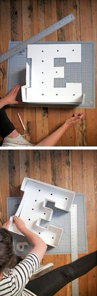 Com o papel Kraft restante, faça tiras de 10cm de largura para formar a borda das letras, que devem ser coladas com fita, criando uma espessura em todos os lados