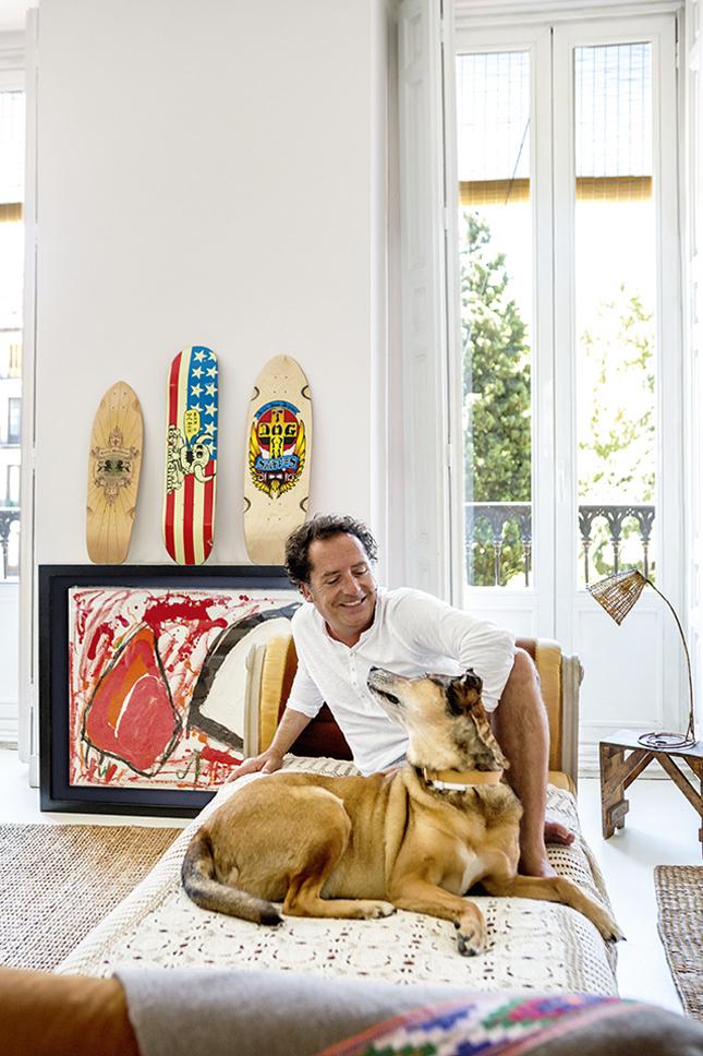 Luis Galiussi, o decorador e dono da casa, com sua cadela Kaki