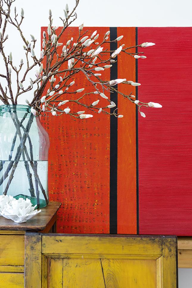 Sobre o aparador do jantar, o quadro de pintura à óleo The Worm, do artista Pedro Sandoval