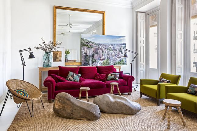 No living, o sofá Gabrielle escolhido pelo decorador, inspirado em um apartamento de Coco Chanel, tem estofado em veludo Pierre Frei