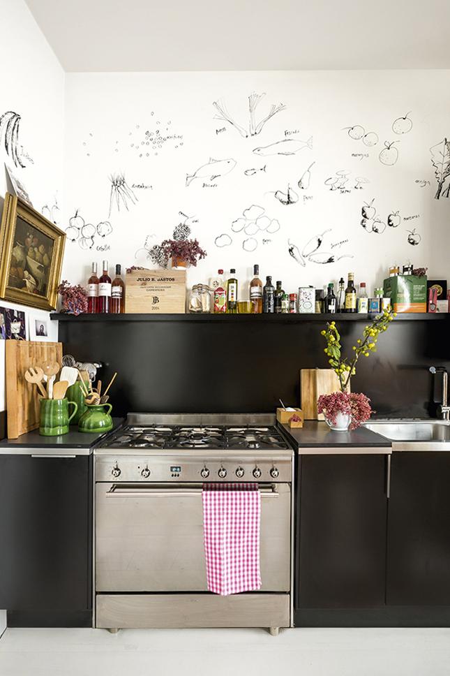 Em uma noite de tédio, Galliussi decorou a parede da cozinha com desenhos de alimentos feitos à mão.
