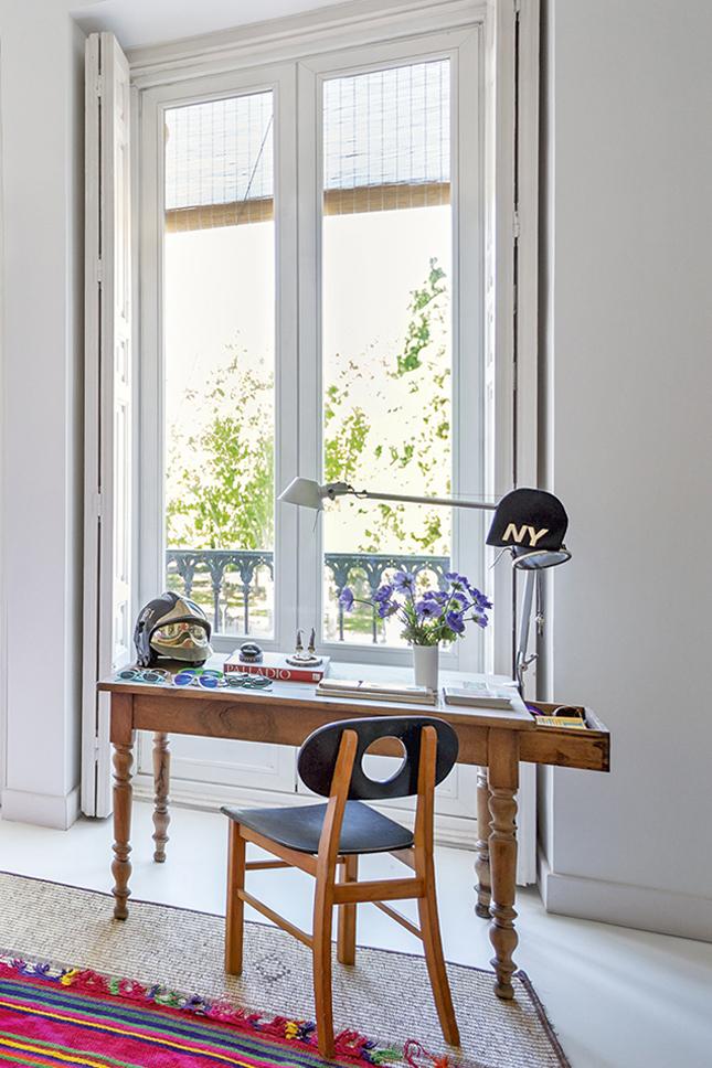 No quarto, a escrivaninha em frente à janela funciona como área de estudo