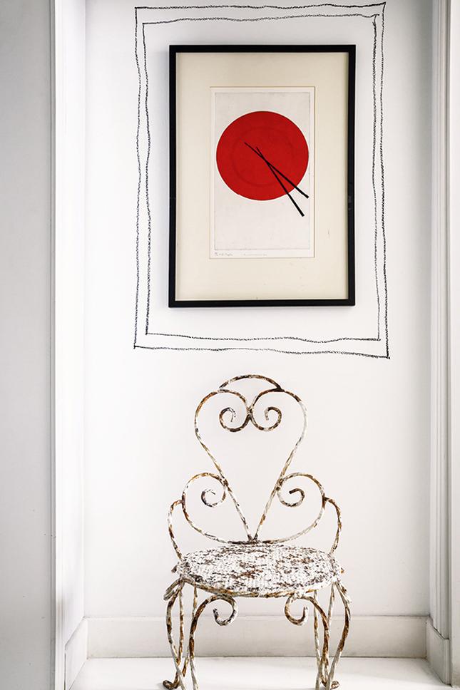 A gravura japonesa, comprada em Tokio, ficou mais charmosa com a moldura desenhada diretamente na parede