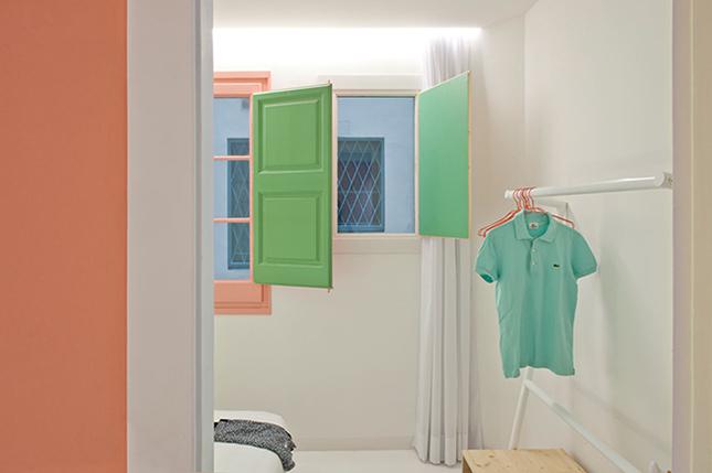 Olha a sacada da decoração: as janelas brancas por dentro e coloridas por fora, viram quase uma obra de arte quando são abertas, trazendo um toque de cor e descontração para o ambiente!