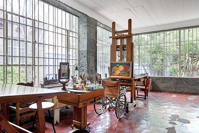 Com todas as fachadas forradas de janelas, o estúdio recebe bastante luz natural, perfeito para as atividades artísticas