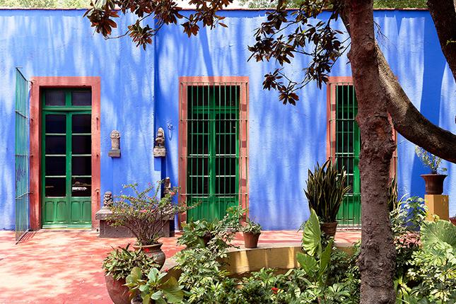 A fachada em azul cobalto é vibrante e cria uma personalidade única para o imóvel