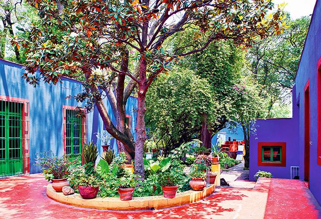 A área externa da casa é adornada com bastante vegetação - a artista tinha uma grande paixão pela botânica