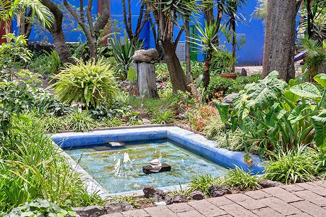 O jardim também tem a sua parcela de arte - cerâmicas pré-hispânicas, mosaicos e jarros se espalham pelas paredes