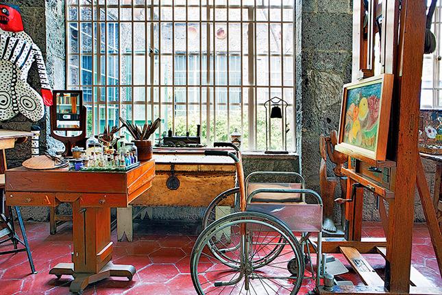 O estúdio ainda está preservado como a artista o deixou, com a cadeira de rodas onde ela pintava seus quadros e os bonecos de papel machê nos quais trabalhava