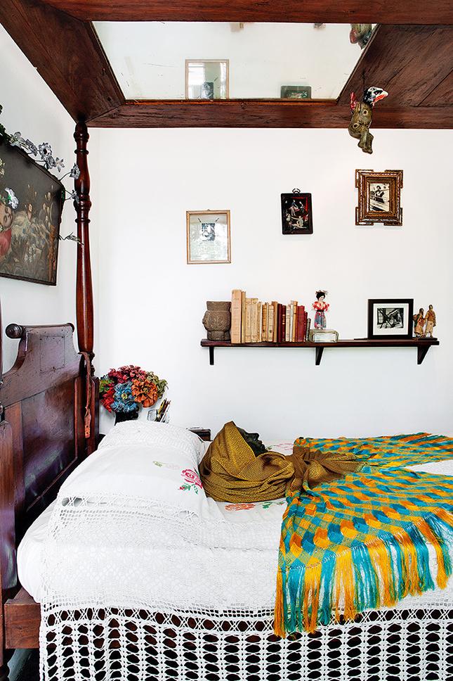 No detalhe do quarto de Frida, um espelho instalado no teto da cama permitia que ela fizesse seus auto retratos.