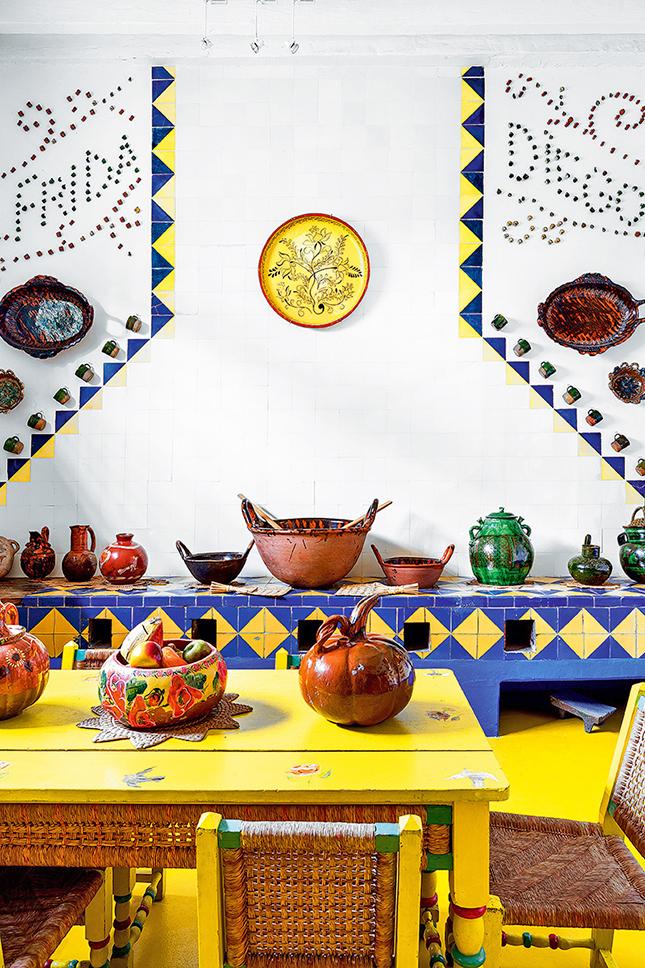 Na parede da cozinha, os nomes de Frida e Diego, seu marido,  aparecem escritos com conchas