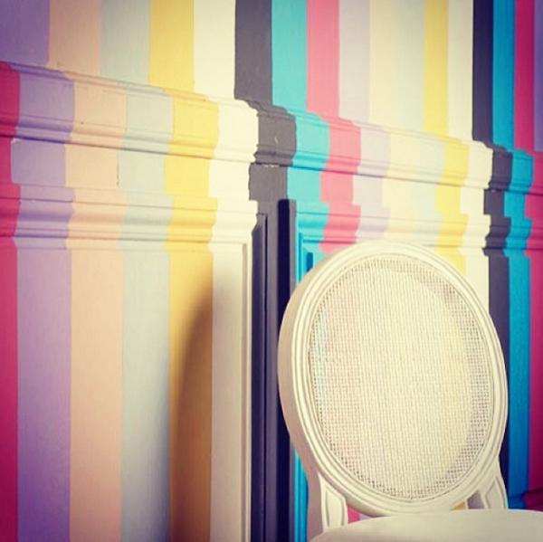 7. Parede listrada arco-íris: criativa e delicada