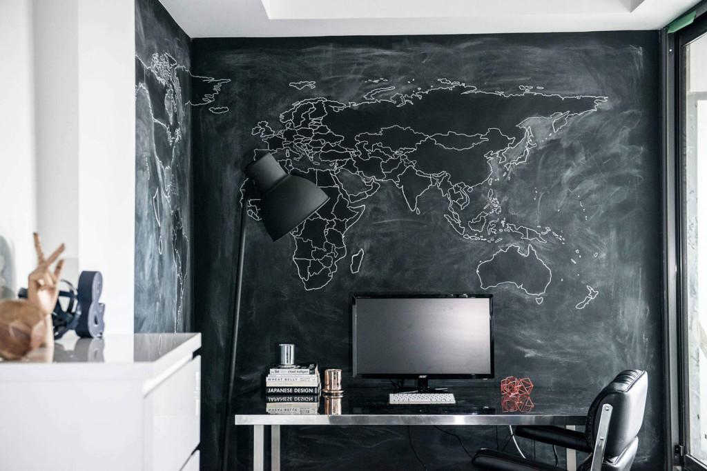 Projeto LUX Interior Design: parede pintada de lousa deixa Home Office